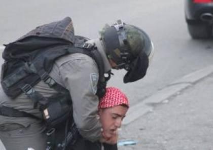 بالفيديو..جنود إسرائيليون يلتقطون صوراً مع طفل أثناء اعتدائهم عليه!