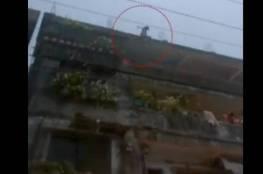 فيديو.. طفلة هندية تلقي بنفسها من الطابق الرابع هرباً من التحرش!