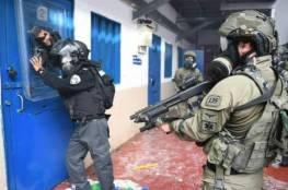 """هاّرتس : أسرى حماس في سجن """"ريمون"""" يهددون بحرق الزنازين"""