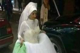 صور: مسنة تسير في شوارع الإسكندرية بفستان زفاف.. وشاب يتطوع ليكون عريسها