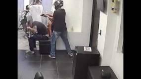 لحظات مروعّة.. شاهد مقتل رجل داخل محل حلاقة!