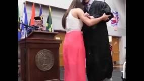 فيديو يتجاوز 150 مليون مشاهدة لفتاة ساعدت صديقها المُقعد في حفل تخرجه