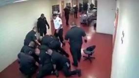 شاهد...معركة شرسة بين سجين و15 حارسا  داخل سجن أمريكي