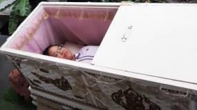 هل جربت الموت من قبل | مقهى تايلندي يمنحك تجربة الموت لمدة 3 دقائق !