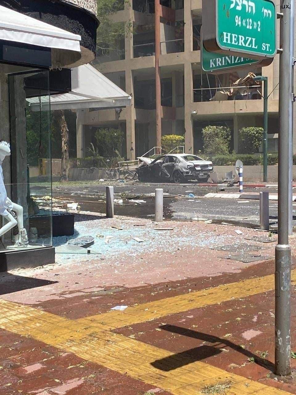 آثار قصف المقاومة على منطقة في تل أبيب