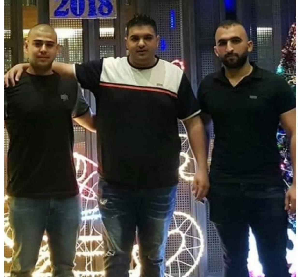 من اليمين، الجريح أحمد عواودة، والمرحوم فراس عواودة والمرحوم يوسف نعسة