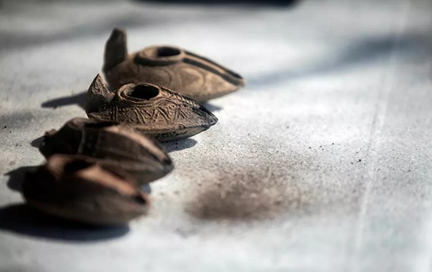 شموع زيتية ضمن الاكتشاف الاثري