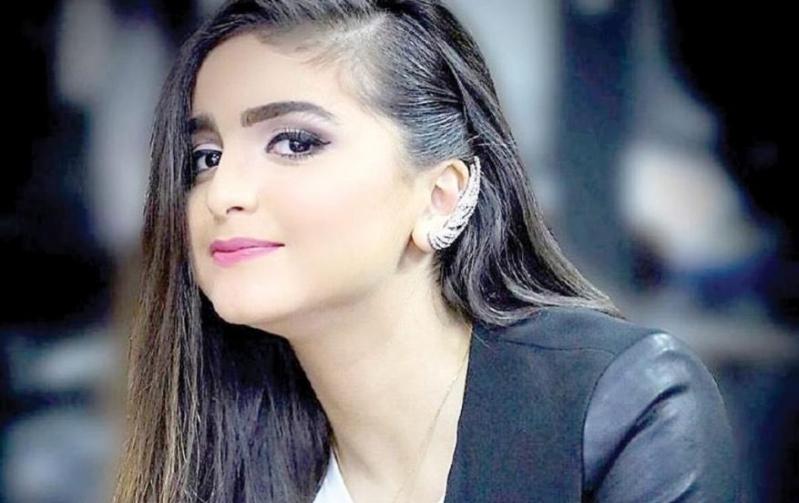 حلا الترك تتلقى قبلة خاصة على المسرح - سما الإخبارية