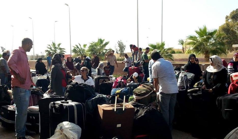 مئات العالقين قرب معبر رفح وفي مطار القاهرة يطالبون بالتدخل لوضع حد لمأساتهم  - سما الإخبارية