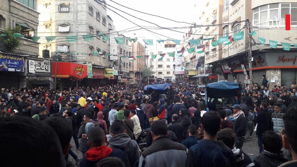 بالصور.. لليوم الثاني.. تظاهرات في غزة مناهضة لغلاء الاسعار ومواجهات مع الأمن - سما الإخبارية